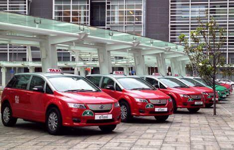 Китайские электромобили BYD E6 в ожидании работы